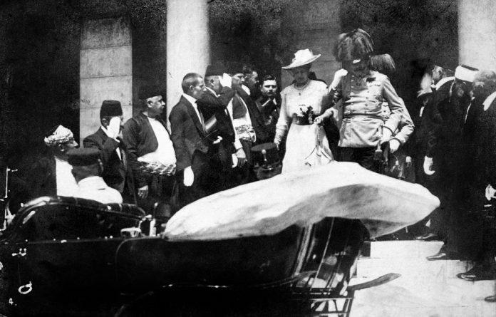 O casal à saída da Câmara Municipal, minutos antes do atentado mortal