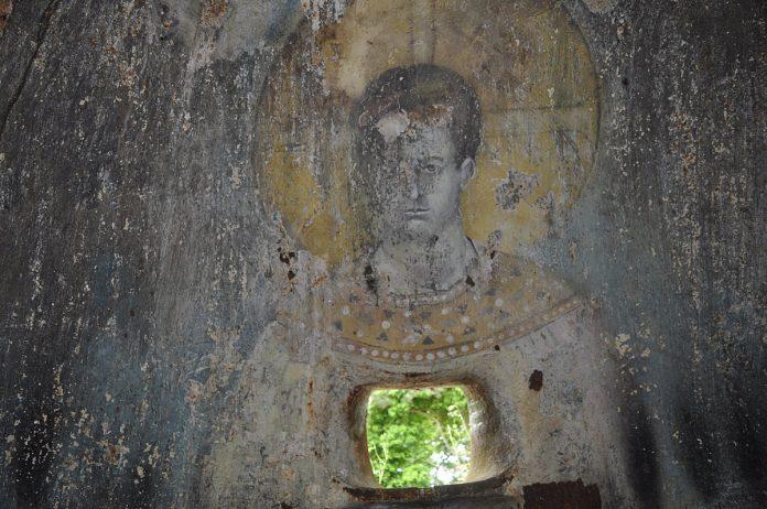 Pinturas religiosas de influência ortodoxa, existentes numa das torres de artilharia.