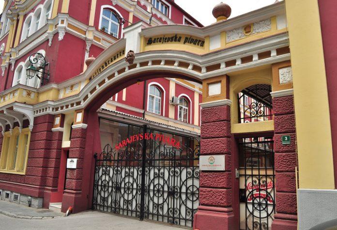 O portão de entrada principal da Sarajevska