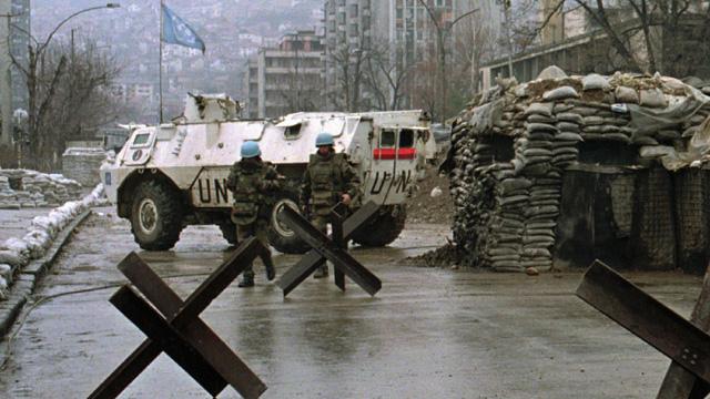 Militares franceses ao serviço da ONU num posto de controle em Sarajevo