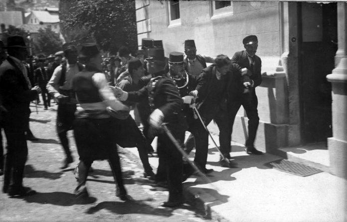 Um dos atacantes é detido pela polícia após o atentado