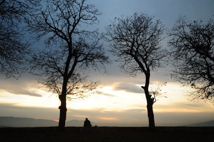 Um momento romântico no final de um dia frio de Outono
